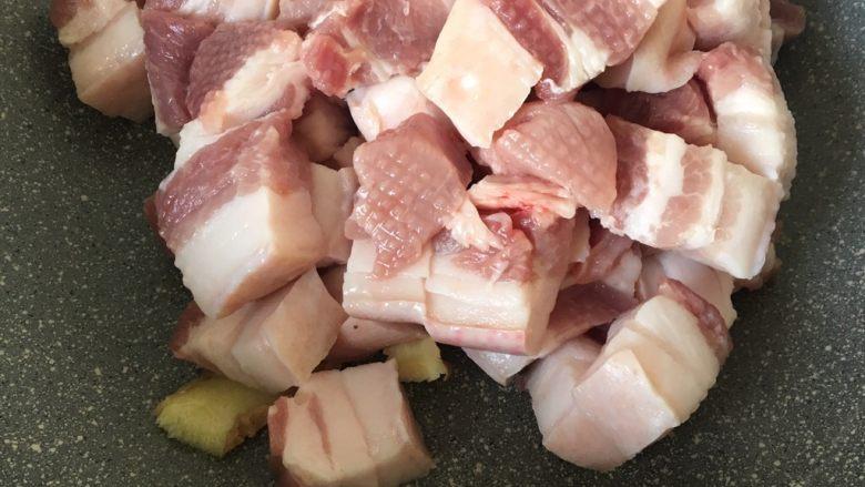 鹌鹑蛋烧肉,五花肉和生姜冷锅下锅,这样肉上的水份烧干就不会溅。