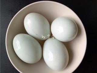 自制咸鸭蛋,腌制时间到,将鸭蛋捞出;