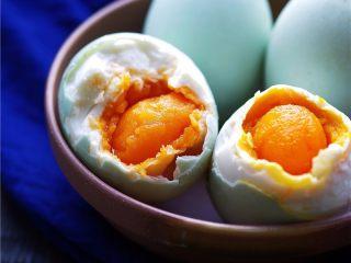 自制咸鸭蛋,从坛子里捞咸鸭蛋时,请确保勺子等工具无油无水。咸鸭蛋坛子里不能进生水,否则咸鸭蛋会坏。