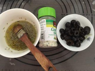 佛卡夏,准备好的配料:取一小碗加入适量的橄榄油和干迷迭香、百里香碎调成香草油、黑橄榄切成片