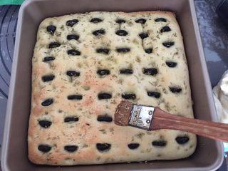 佛卡夏,烤箱预热好,180度烤30分钟我在烤制一半时间后取出,又刷了一层香草油,