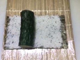 四喜寿司卷,放入一整根黄瓜     建议放细一点的黄瓜,太粗了紫菜包不完