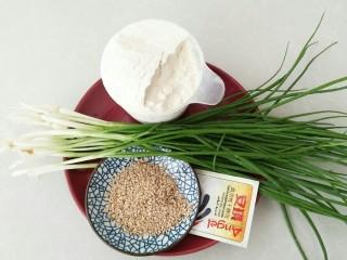 香葱芝麻油饼,食材:面粉,芝麻,发酵粉,香葱,盐,花生油。