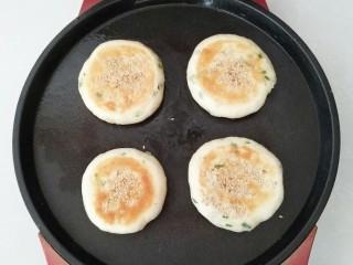 香葱芝麻油饼,电饼铛预热,放入油饼胚子,烙至两面金黄色即可出锅。