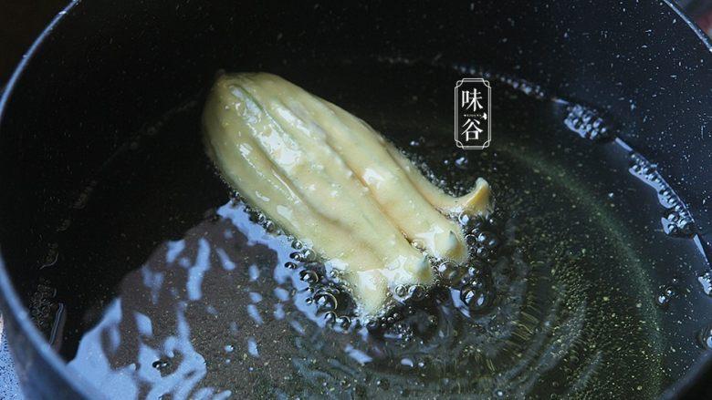 酥炸南瓜花,锅里放油进去,煮开后把南瓜花放入锅内油炸;