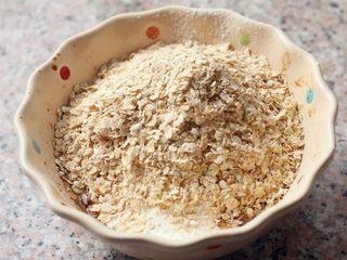 燕麦核桃饼干,4、筛入低粉,倒入燕麦片。