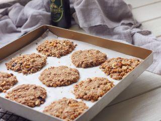 燕麦核桃饼干,11、好吃的燕麦核桃饼干就烤好了。