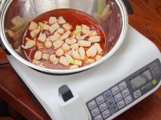 宫保鸡丁,12、将鸡丁和汁搅拌一下。