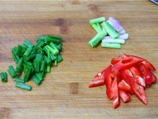 比肉还好吃的豆腐烧木耳,小葱、辣椒分别洗净,切段