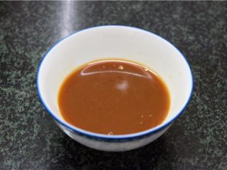 比肉还好吃的豆腐烧木耳,调好酱汁:碗中加入盐、酱油、蚝油、鸡粉、淀粉、加上半碗清水,搅拌均匀放在一旁待用