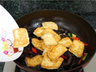 比肉还好吃的豆腐烧木耳,加上煎好的豆腐