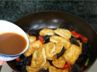 比肉还好吃的豆腐烧木耳,倒入调好的酱汁,翻炒均匀
