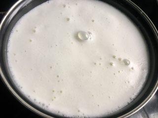 自制酸奶(奶粉版),放在煤气灶上加热,煮开,一开就离火,不用大煮。