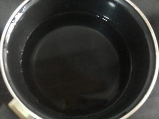 自制酸奶(奶粉版),纯净水放入奶锅备用,自来水没试过,不知道行不行,亲们可以试试看。