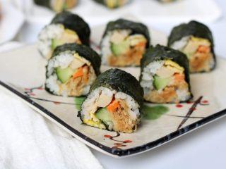 金顶寿司,切好的寿司装盘