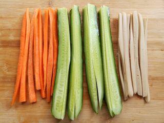金顶寿司,胡萝卜,黄瓜,火腿肠切成细条备用