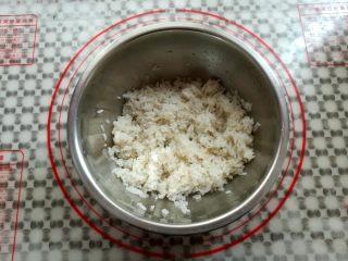 金顶寿司,取一个干净的盆子,把米饭和寿司醋混合一下