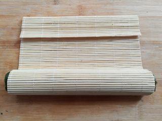 金顶寿司,整个寿司饭团往前卷,卷的过程中可以稍微压一下帮助定型