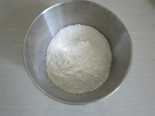 玉米猪肉水饺,取500克面粉,加少许盐混合。