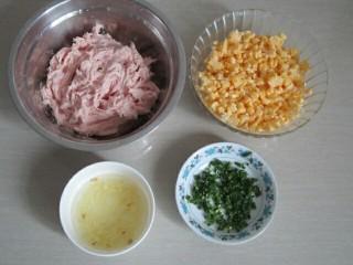 玉米猪肉水饺,准备好所有材料(葱切成葱花,姜切碎倒入少许水泡成姜水)