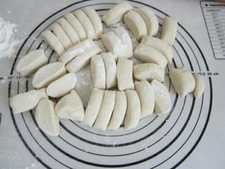 玉米猪肉水饺,将醒好的面团分成等份小剂子。