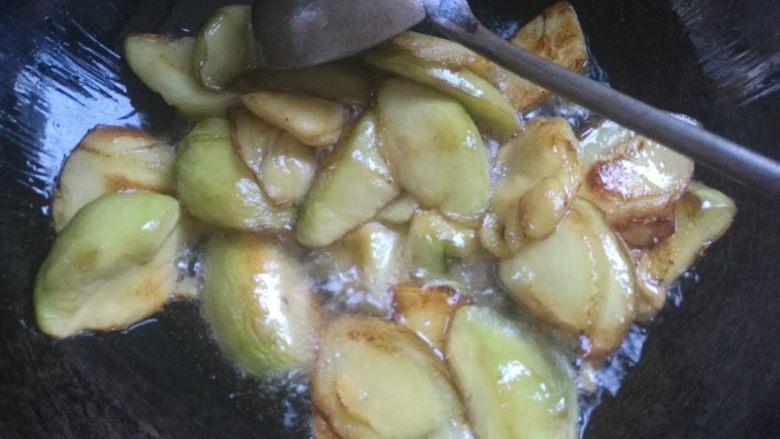 地三鲜,接着下入茄子炸至金黄捞出。