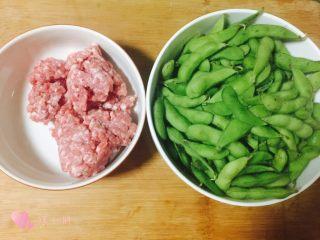 雪菜毛豆炒肉沫,毛豆一斤,猪肉沫准备好,可以买猪里脊回来自己剁,上班族来不及可以直接买现成的
