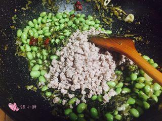 雪菜毛豆炒肉沫,下入刚刚炒好的肉沫