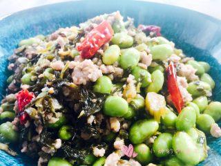 雪菜毛豆炒肉沫,米饭杀手。现在是吃毛豆的季节,这道菜咸鲜可口,毛豆和雪菜中和了肉沫,一点都不腻。