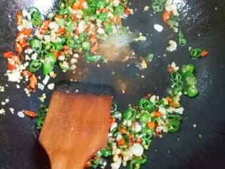 凉拌空心菜,锅内放油,然后放入辣椒,大蒜,生姜翻炒,放入适量的盐,生抽翻炒