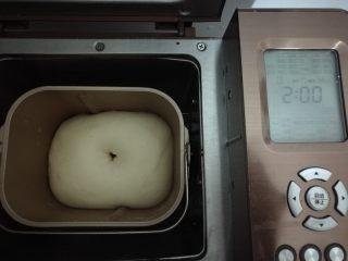 果干鸡肉披萨,面团发酵至2倍大,用手指蘸干面粉戳个洞不会多不塌陷即发酵完成。