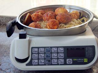 卤素菜,将所有原材料全部放到锅里,加入半锅水。