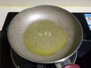 苦瓜蛋脯,平底锅里倒入适量橄榄油;