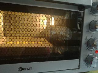 春色马卡龙,烤箱预热上下火160度入烤箱烘烤15分钟即可。