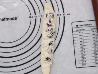 蔓越莓椰蓉花朵面包,14.左边向右对折,放入馅料