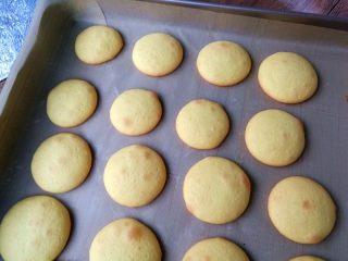 蛋黄小饼干,烤好出炉。烤网晾凉,密封保存。