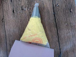 蛋黄小饼干,用刮板把蛋糊推至裱花袋口。