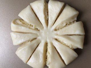 椰蓉花朵面包,每片的中间再剪一刀