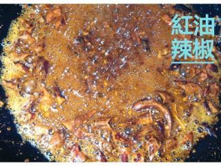 红油辣椒,同时迅速加入五香粉 精盐 胡椒粉 鸡精 蚝油搅拌。