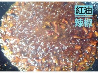 红油辣椒,几秒钟搅拌后,加入香醋。锅里即可冒出酸酸蒸汽和哧喇声音,加锅盖慢火熬几秒,辣椒片 花生核桃碎都会香酥可口。