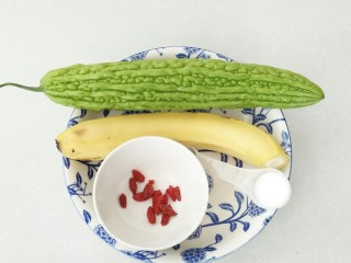 清心苦瓜,食材:苦瓜,枸杞,香蕉,盐,蜂蜜。