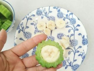 清心苦瓜,香蕉塞入苦瓜中。