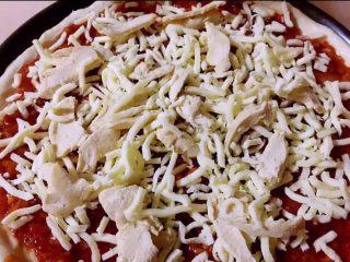 至尊披萨,放上鸡肉在撒上少许芝士