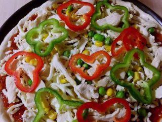 至尊披萨,摆放上青红椒、虾仁,口蘑片,磨入黑胡椒粒撒上少许盐