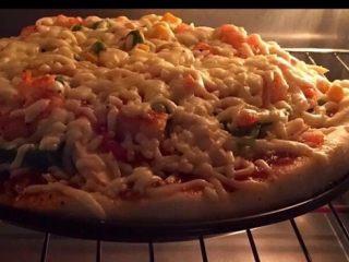 至尊披萨,烤箱预热220度烤15——20分钟