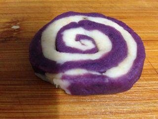 紫薯山药芝士球,整形成蜗牛壳