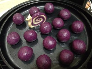 紫薯山药芝士球,依次做完,烤盘刷油,紫薯球表面刷油摆入烤盘