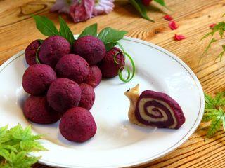 紫薯山药芝士球, 取出如图摆成葡萄串的形状,用葱丝和树叶做装饰即可