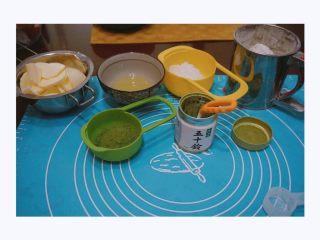 不一样的罗马盾牌,准备好所有食材,我用的五十铃抹茶粉,味道极好。 面粉直接倒入面粉筛中 分离蛋清  黄油室温软化备用