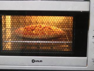 土豆培根披萨,放入东菱烤立方预热190度2分钟后放入,中下层烘烤30分钟「我喜欢表面焦一些,如果你不喜欢,25分钟就足够了,」